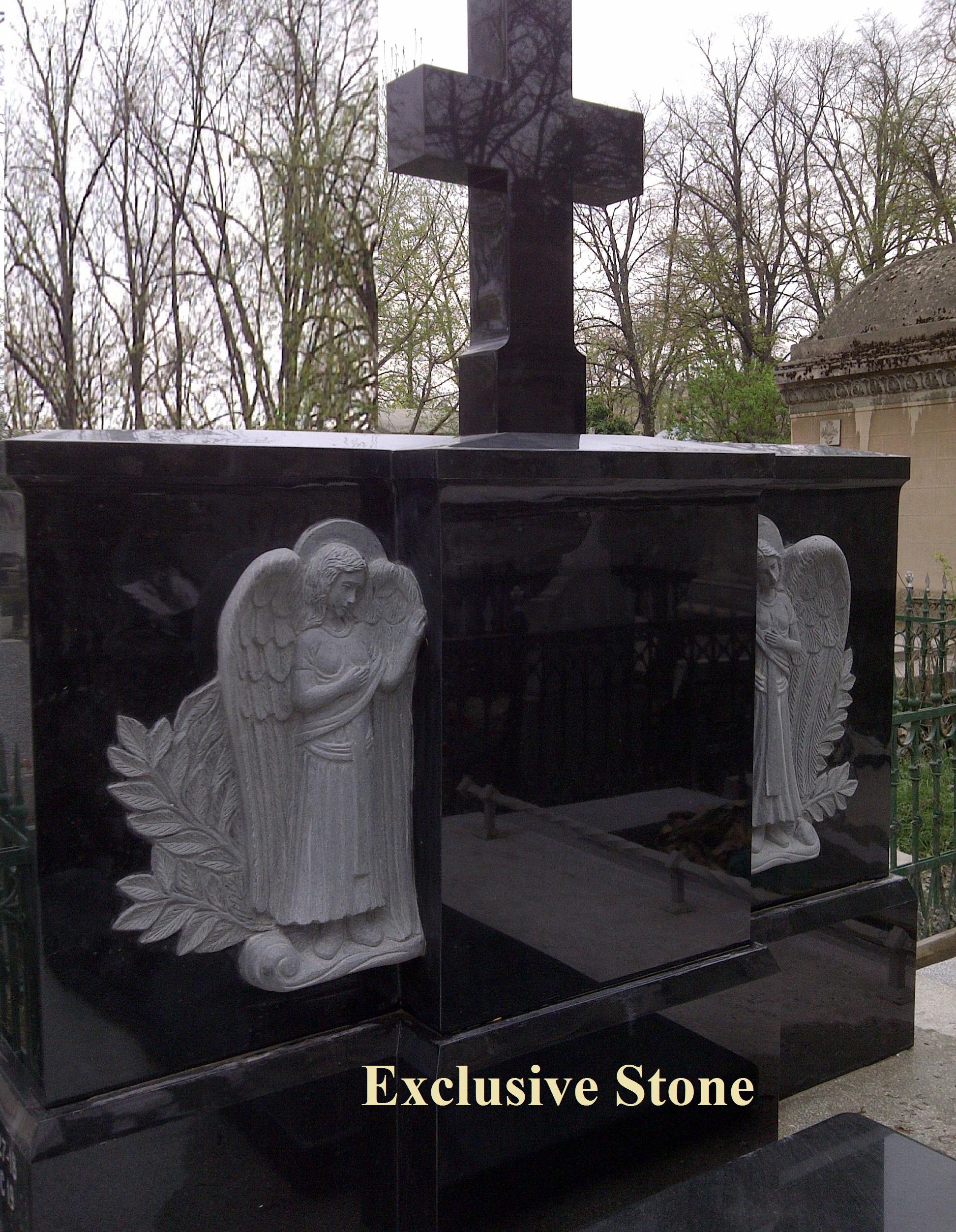 Cruce executata din masiv de granit Negru absolut cu sculptura ingeri