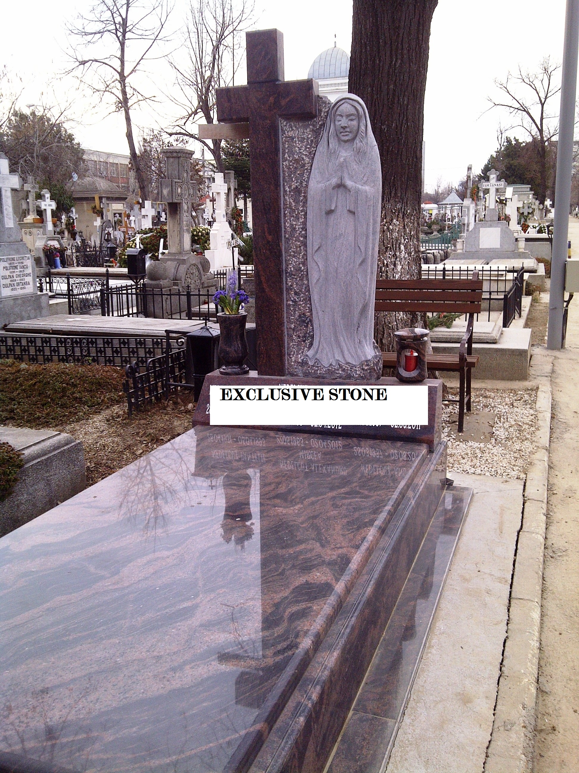 Monument executat din masiv de granit Brown