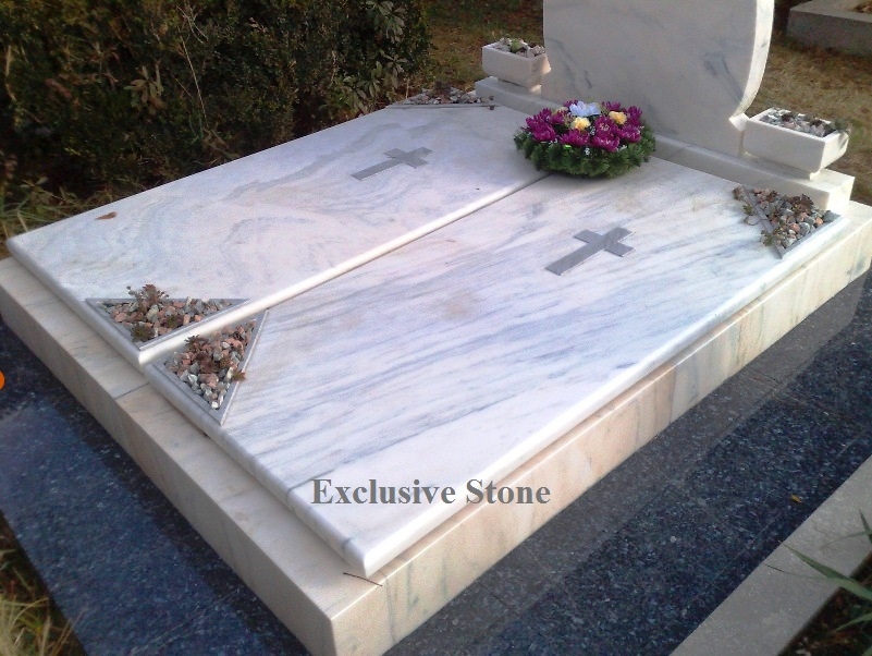 Monument executat din masiv de  Marmura Ruschita Alba si bordura placata granit Blue Perla